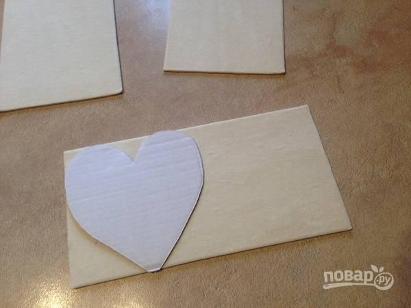 1. В первую очередь приготовим трафарет, по которому и вырезаем сердца из слоеного теста. Вырезаем 6 штук.