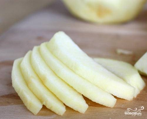 1. Вымойте, обсушите и очистите яблоки. Нарежьте их тонкими пластинками. Можно сбрызнуть их небольшим количеством сока лимона.