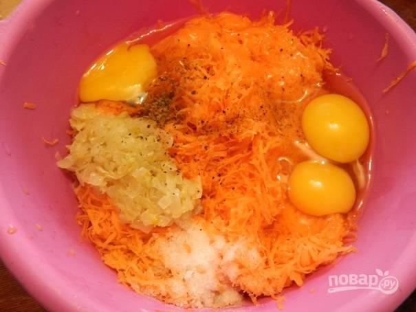 Морковь необходимо немного отжать от молока, добавить к ней яйца, муку, 1/2 ч. ложки соли, оставшуюся часть поджарки и 1/4 ч.л перца.