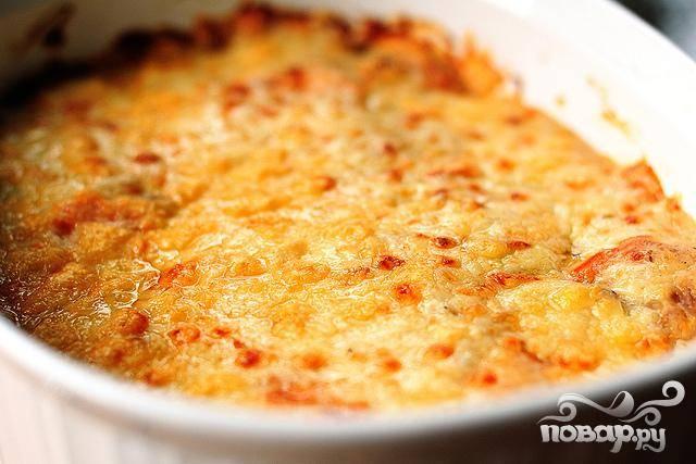 6. Посыпать сыром Пармезан сверху. Выпекать в разогретой духовке течение 20 минут, пока картофель не станет мягким.  Сразу подавать. Совет: Вы можете приготовить это блюдо заранее, накрыть крышкой и поставить в холодильник на один день. Разогреть при 160 градусах в духовке в течение 15 минут, затем снять крышку и продолжать жарить, пока блюдо окончательно не нагреется .