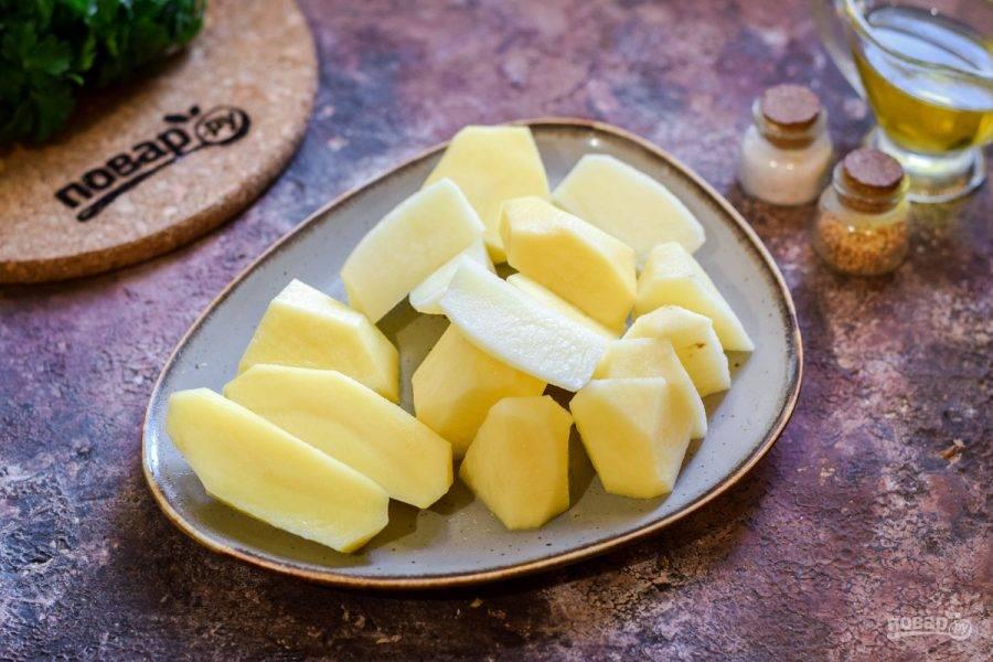 Картофель очистите и нарежьте крупными брусками.