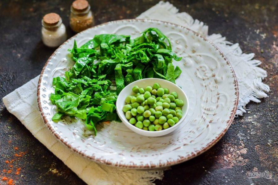 Также подготовьте шпинат, ополосните и просушите, мелко нарежьте. Молодой горошек сполосните.