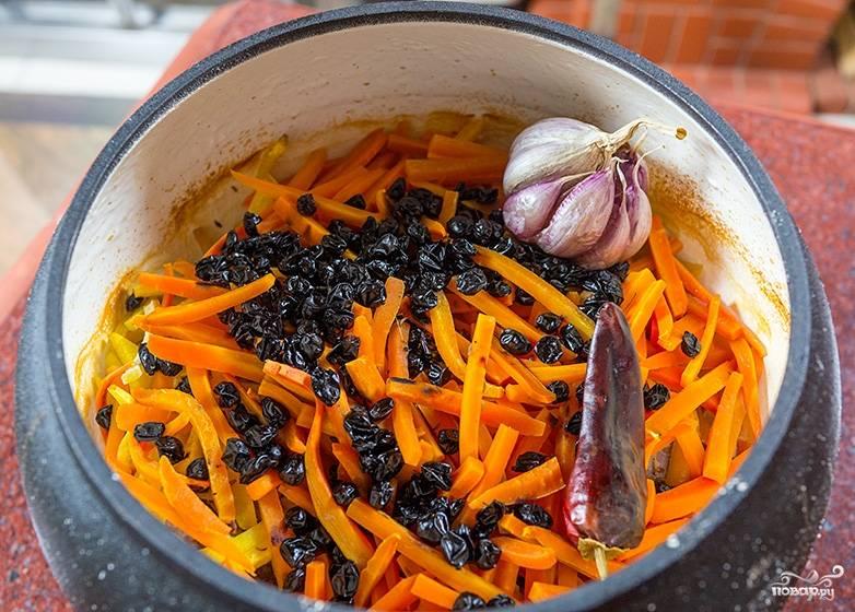 Налейте воды примерно до половины (на всякий случай, чтобы не подгорело ничего). Отправьте под закрытой крышкой в разогретую до 220 - 250 градусов духовку минут на 45-50.  Тем временем замочите рис, он должен пропитаться хорошенько.  Спустя уже 40 минут морковка стала мягкой и слышится характерный запах плова.