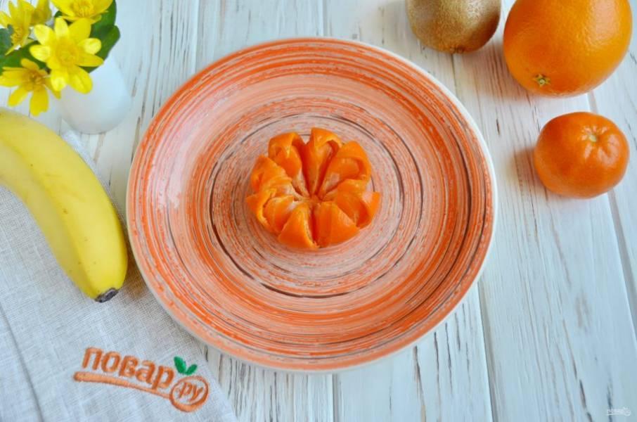 """Откройте """"лепестки"""" мандаринки. Когда увидите дольки, разделите их и разложите в виде приоткрытого цветка."""