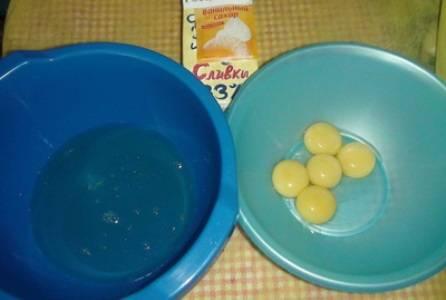 2. Отделяем белки от желтков крайне аккуратно. Взбиваем белки до состояния густой пены.
