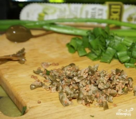 3. Каперсы достаньте из банки, дайте возможность стечь рассолу, а затем измельчите их. Нарежьте зеленый лук.