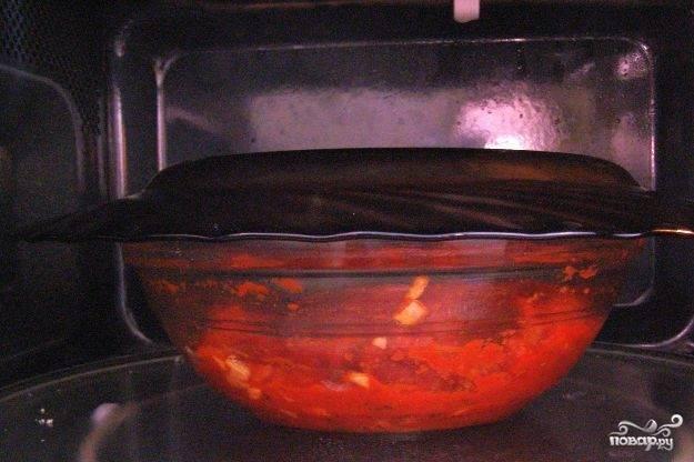 Готовьте соус в микроволновке под крышкой на полной мощности в течение 5 минут.