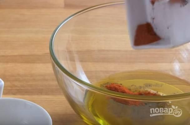 1. Для приготовления соуса соедините оливковое масло, мед, горчицу, соль, сок лимона, перец и паприку.
