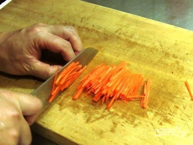 3.Морковь чищу и мою, затем нарезаю мелкой соломкой. Помидоры мою, удаляю плодоножку и нарезаю каждый на 4 дольки.