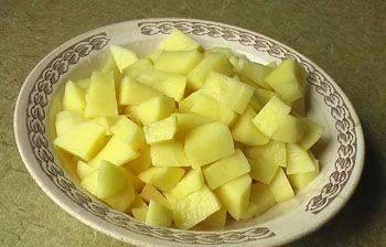 3. Картошку чистим, моем и нарезаем некрупными кусками. Бросаем в бульон и ждем, пока сварится.