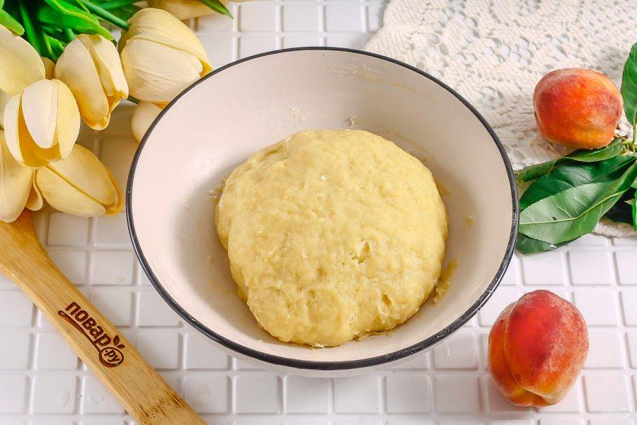 Накройте колобок теста пищевой пленкой и охладите в холодильнике примерно 20-30 минут. Охлажденное тесто при выпекании не вздувается!