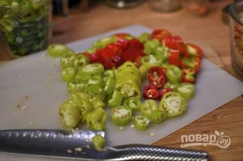 2.Нарежьте перец кольцами (около 1 см в толщину). Не выковыривайте семена, с ними закуска будет еще острее.