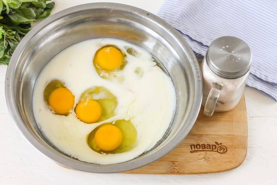 Куриные яйца вбейте в глубокую емкость или влейте туда же молоко любой жирности. Всыпьте 2 ст.л. сахарного песка и тщательно взбейте.