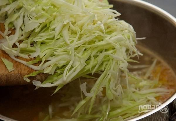 13. Добавьте нашинкованную капусту и варите борщ до мягкости картофеля.  Перед подачей можно традиционно добавить в тарелку сметану.