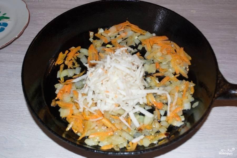 Обжарьте лук на растительном масле, потом добавьте морковь и сельдерей. Обжарьте овощи до мягкости.