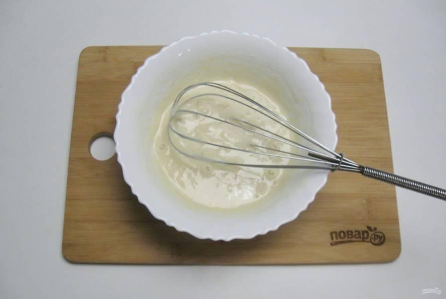 Влейте теплую воду и размешайте веничком. Дайте тесту постоять 20 минут.