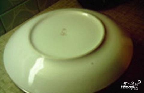 6.Когда тесто испечется, вынуть сковороду из духовки, накрываем ее тарелкой и переворачиваем.