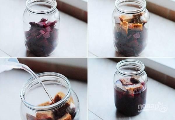 8. Отдельно хочу показать, как приготовить свекольный квас. Небольшую очищенную свеклу нарежьте кубиками, добавьте ломтик ржаного хлеба и залейте водой. Настаиваться он должен около 5 дней перед тем, как использовать его в борщик.