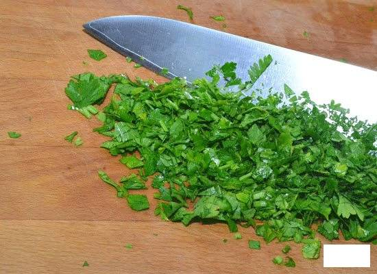 5.Нарезаем зелень и отправляем с поджаркой в кастрюлю, солим и перчим, варим все несколько минут и выключаем огонь. Разливаем по тарелкам и подаем к столу.