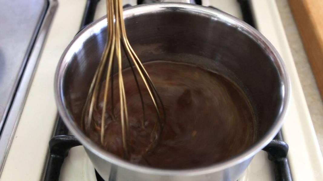 1. Соедините в сотейнике все ингредиенты для соуса: кунжутное масло, воду, уксус, соевый соус, крахмал, имбирь, мёд и измельчённый чеснок.