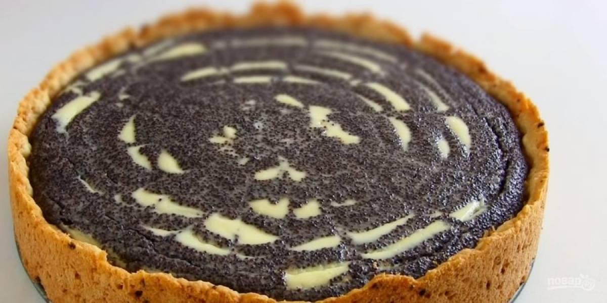6. Выпекайте в разогретой до 170 градусов духовке около 1 часа. Полностью остудите готовый пирог. Приятного аппетита!