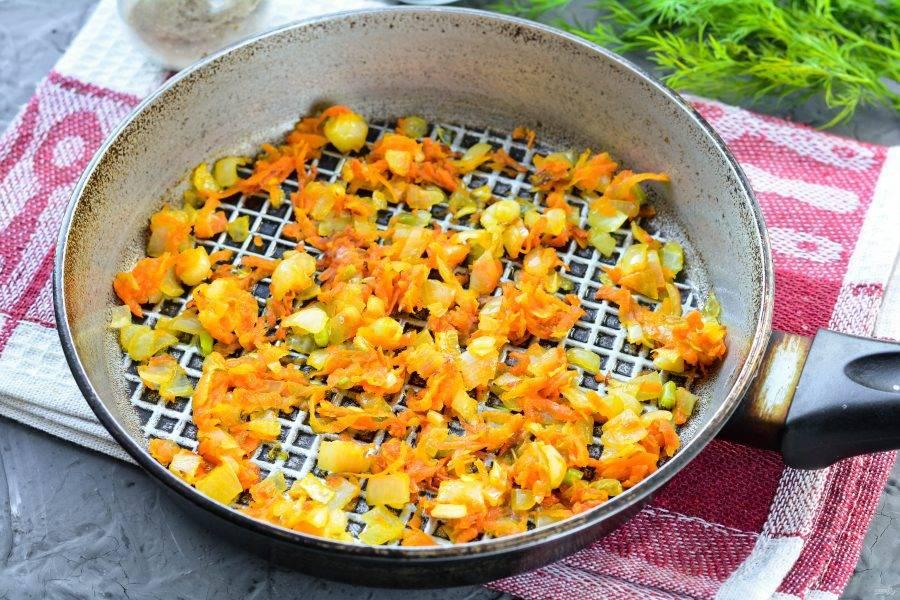 Обжарьте овощи на сковороде с растительным маслом. Жарьте пару минут до мягкости.
