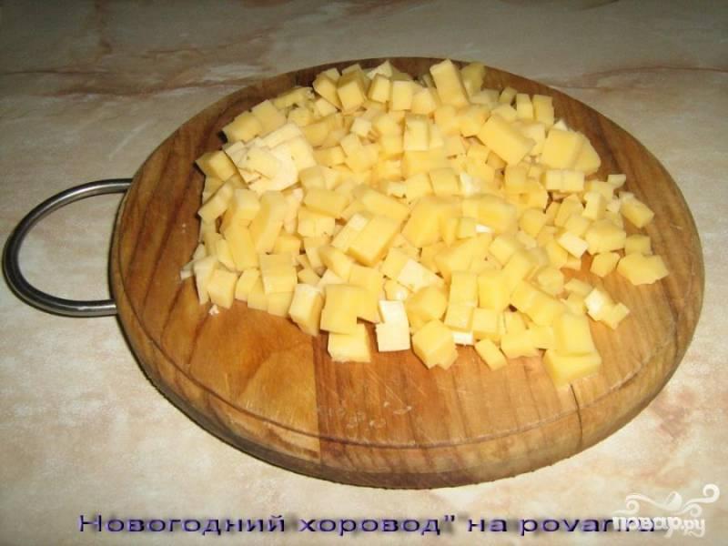 Сыр нарезать кубиками (сорт нужно выбирать с горчинкой, чтобы возник приятный контраст ананасов с сыром)