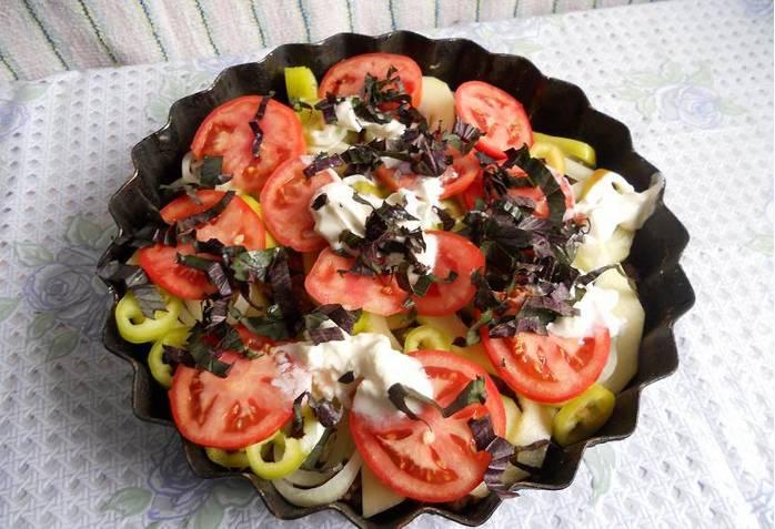 3. Сверху же посыпаем блюдо измельченными перцами, помидорами, добавим специи,сметану и зелень по вкусу.