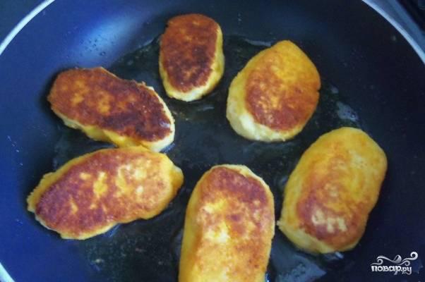 В сковороде разогрейте несколько ложек растительного масла. Выложите несколько котлеток на сковороду и начинайте обжаривать на среднем огне с каждой стороны до золотистой корочки. Если на котлетах есть лишнее масло, то выложите их на бумажные полотенца, чтобы оно стекло.