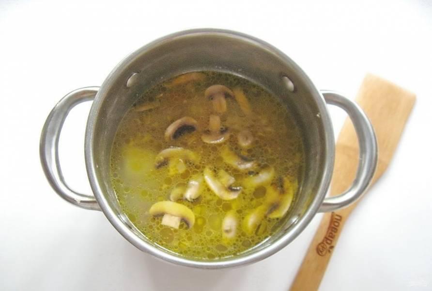 Добавьте грибы с морковью и луком в кастрюлю с бульоном и картофелем. Продолжайте варить суп.