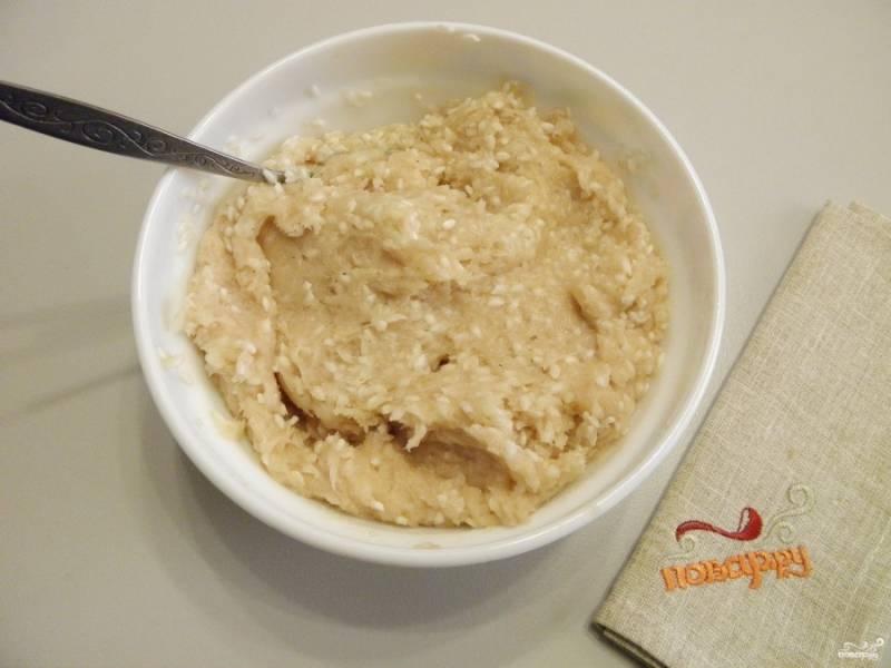 Перебранный рис промойте до чистой воды и добавьте к фаршу, перемешайте тщательно.