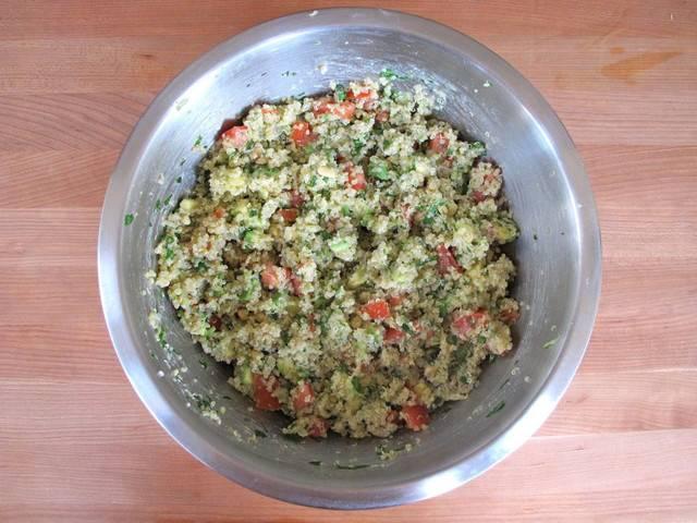 4. Выложите в салатник овощи, авокадо, орехи, измельченную зелень. Все как следует перемешайте. Салат можно использовать для украшения перед подачей, а можно добавить сразу. Посолите и поперчите все по вкусу.