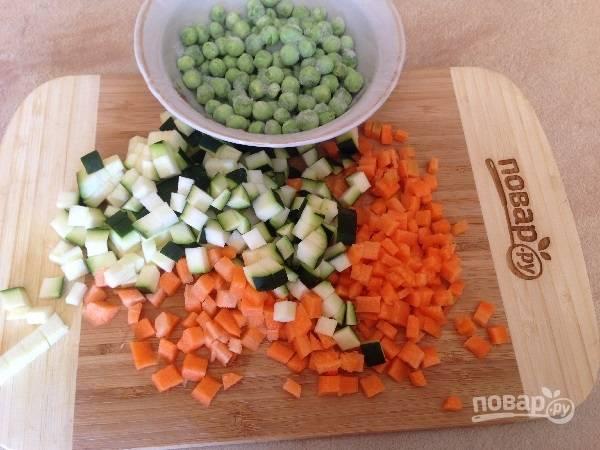 1. Картофель поставим вариться в кожуре до готовности. Морковь и цукини нарежем маленькими кубиками. Горошек у меня замороженный.