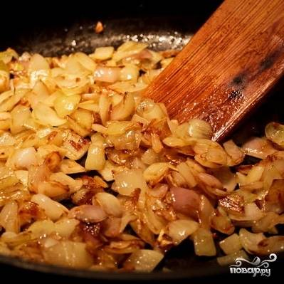 Пассерованную морковь из сковороды убираем, в этой же сковороде до мягкости пассеруем лук.