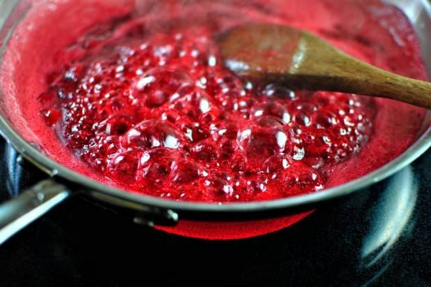 8. Добавьте сахар, мешайте до растворения сахара, еще раз доведите до кипения.