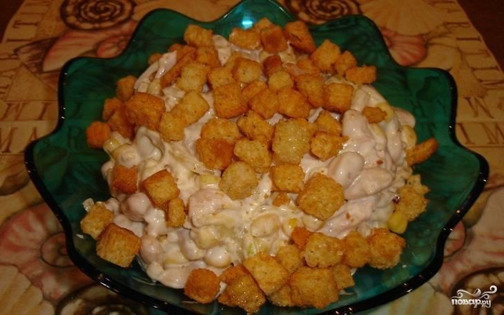 4.Отправляем салат на несколько часов в холодильник, а перед подачей посыпаем сухариками. Приятного аппетита!