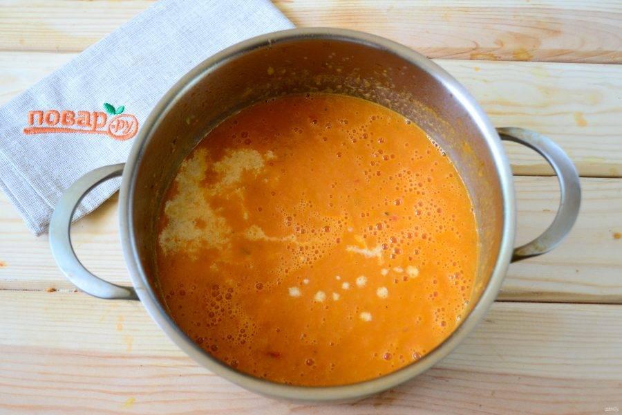 Затем добавьте в суп сливки, доведите до кипения и снимите с огня.