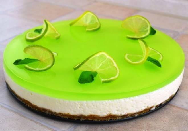 Оставшийся лайм порежьте на тонкие кружочки, посыпьте их сахаром и украсьте торт. Также можно листики свежей мяты. Нарежьте на порции и подайте на стол.