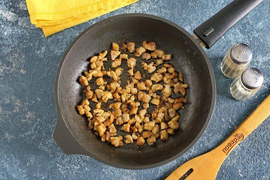 Куриное филе можно отварить или запечь в духовке. Я нарезаю кубиками и обжариваю в сковороде с добавлением соли и специй.