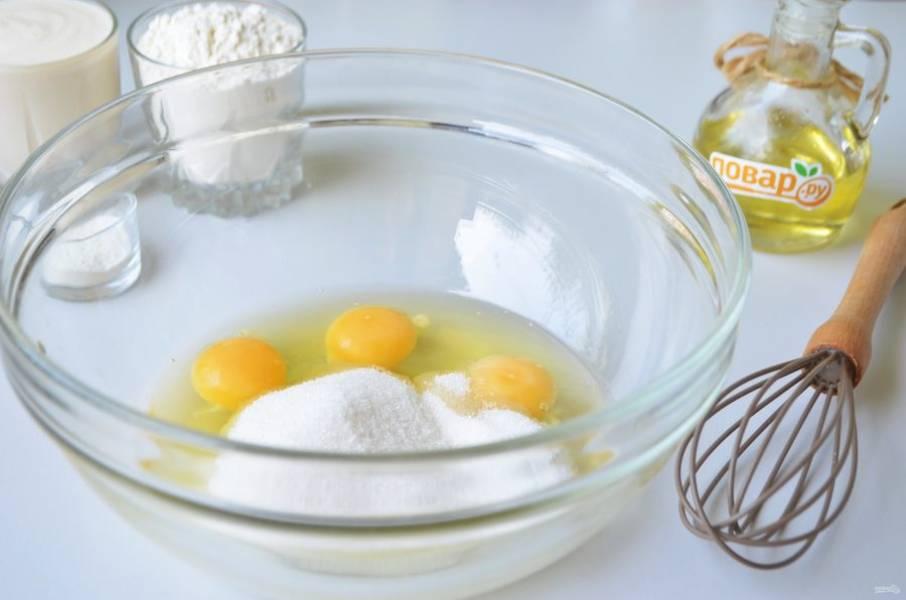2. Яйца взбейте с сахаром до однородной массы и появления легкой пены.