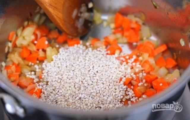 3.Промойте перловку, выложите ее в кастрюлю. Измельчите чили и выложите к остальным ингредиентам.