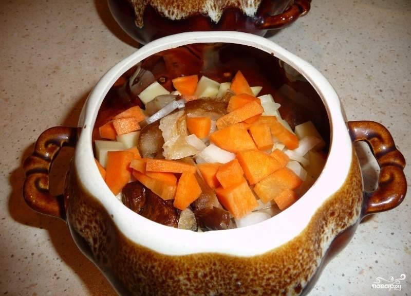 Затем идет лук и морковь.