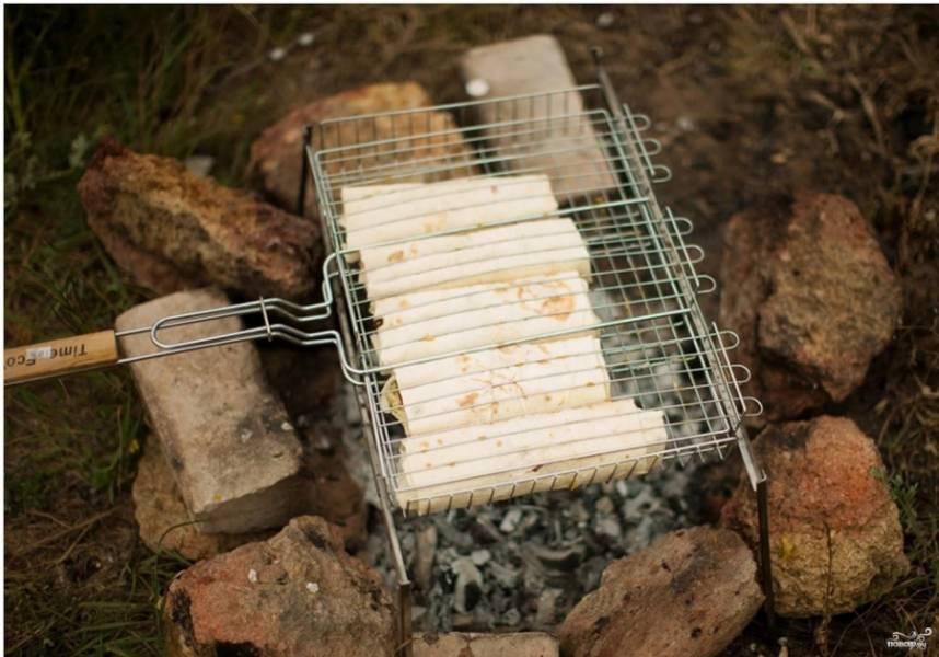 6. Особенностью этого рецепта является то, что лаваш с адыгейским сыром и зеленью обжаривается на гриле (можно воспользоваться сковородой и обычной кухонной плитой, но эффект будет немного не тот). На лаваше образуется корочка, а также он приобретает особый аромат. Есть еще один способ приготовления такой закуски — дать лавашу пропитаться в течение часа в холодильнике, но первый способ лучше.