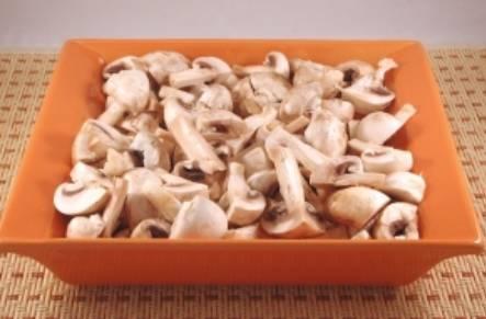 Шампиньоны тщательно промойте, разрежьте каждый грибочек на 4 части. Поместите шампиньоны в  форму для запекания, посолите и перемешайте. Запекайте в духовке 15 минут, температура 200 градусов.