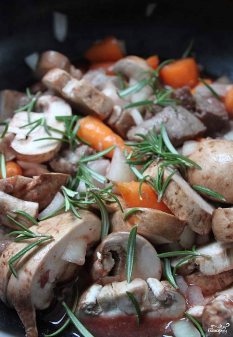 Пока баранина тушится, нарезаем лук, грибы, морковь и давим чеснок.