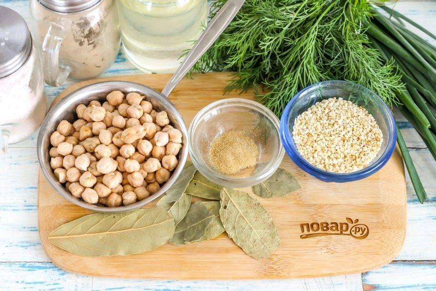 Подготовьте указанные ингредиенты. Помните, что нут увеличивается в 3-4 раза, поэтому со 150 грамм сухого горошка вы получите около 450-500 грамм набухшего нута.