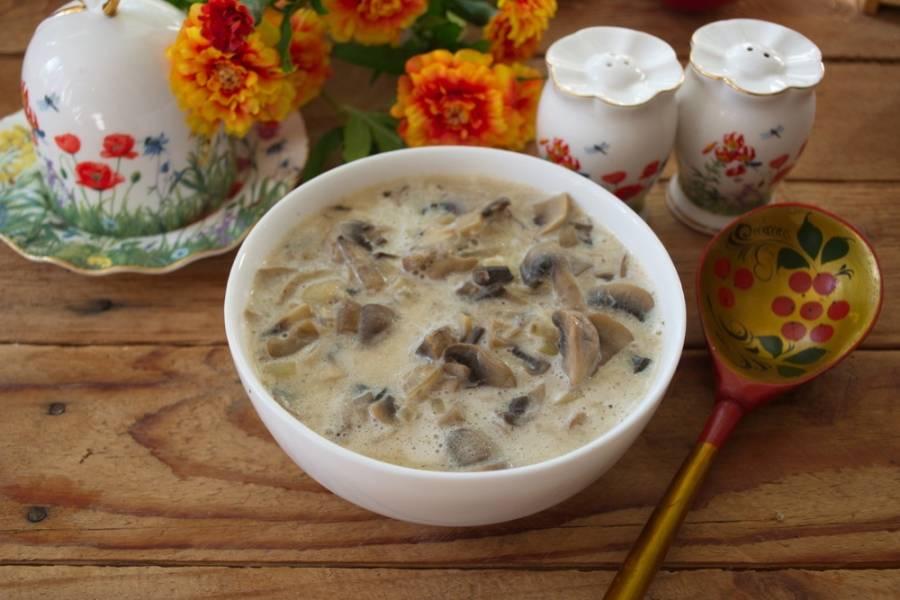 Подайте к столу. По вкусу такое блюдо напоминает грибной соус или что-то а-ля жульен.