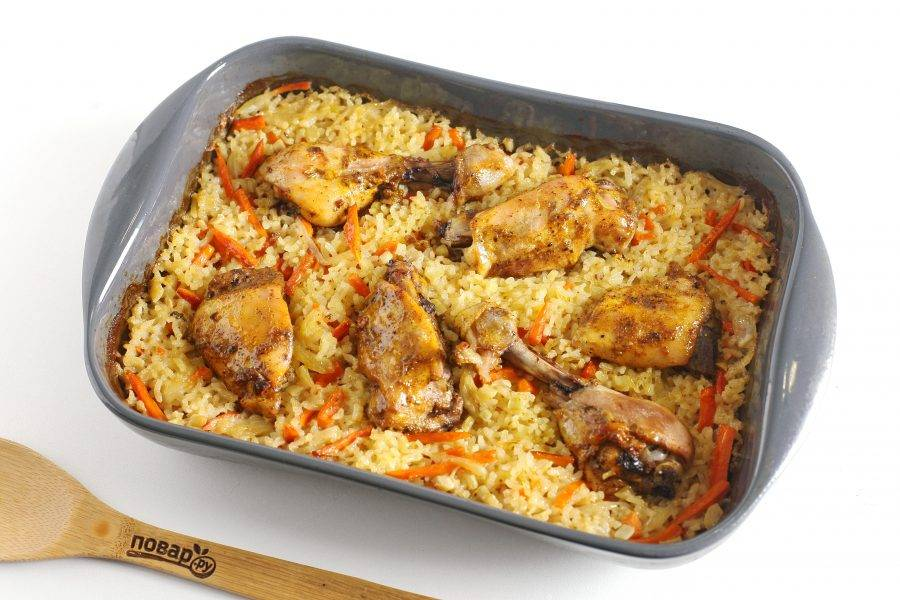 Курица с рисом в духовке готова.
