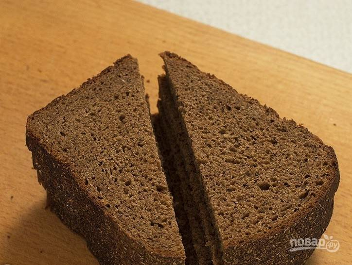 8. Для бутербродов лучше подойдет черный хлеб (но можно и батон). Нарезаем хлеб на красивые половинки (треугольники) и сверху выкладываем паштет.