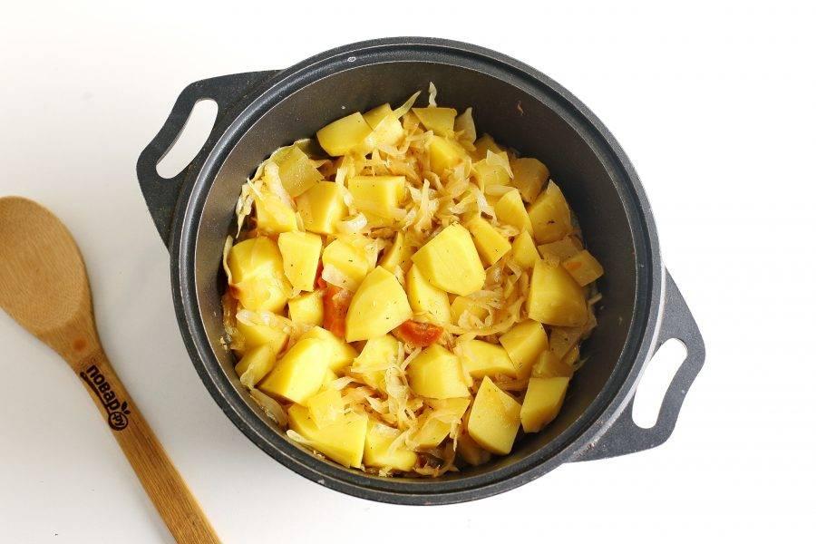 Тушите овощи под крышкой на небольшом огне до полной готовности всех ингредиентов. В самом конце добавьте рубленый чеснок. Овощное рагу с картошкой готово. Дайте блюду настояться и можно подавать его к столу.